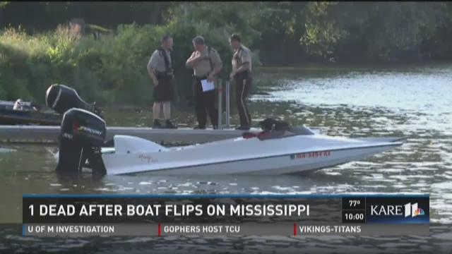 1 dead after boat flips on Mississippi River